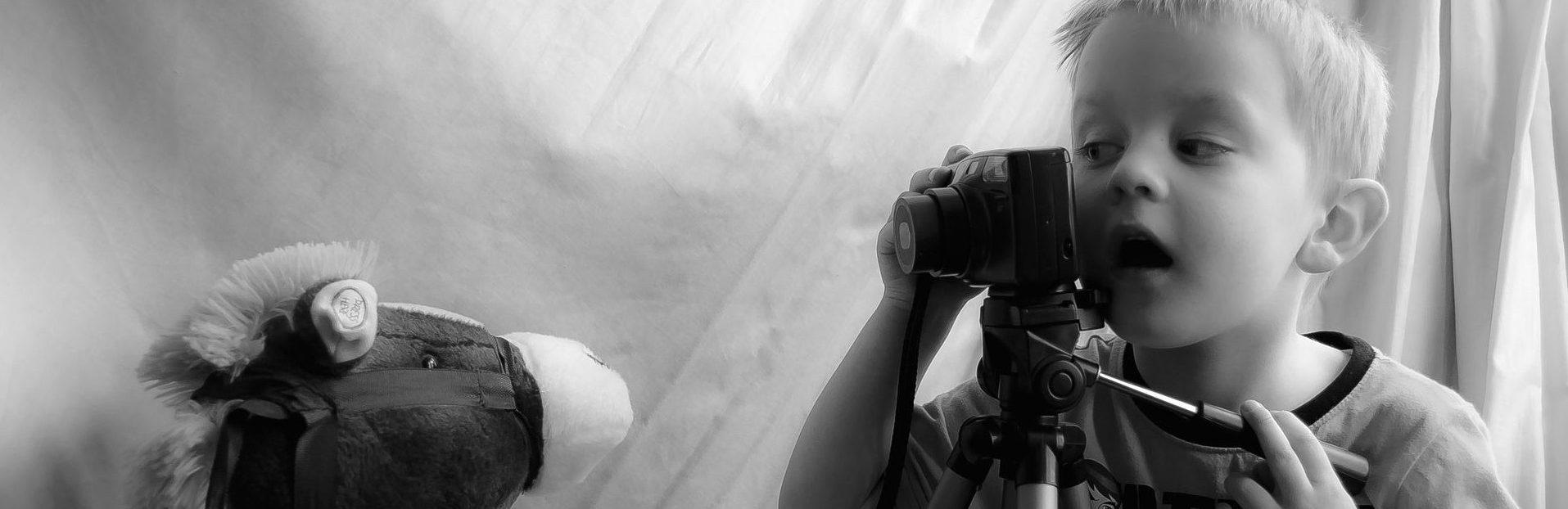 Kinderkamera-test-JungeFotografiertSteckenpferd
